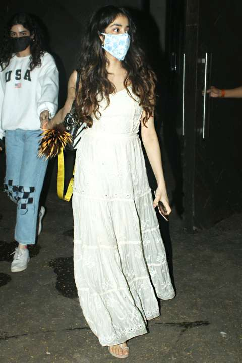 Actress-Jahanvi-Kapoor-turns-out-on-the-streets-with-her-sister-Khushi-Kapoor